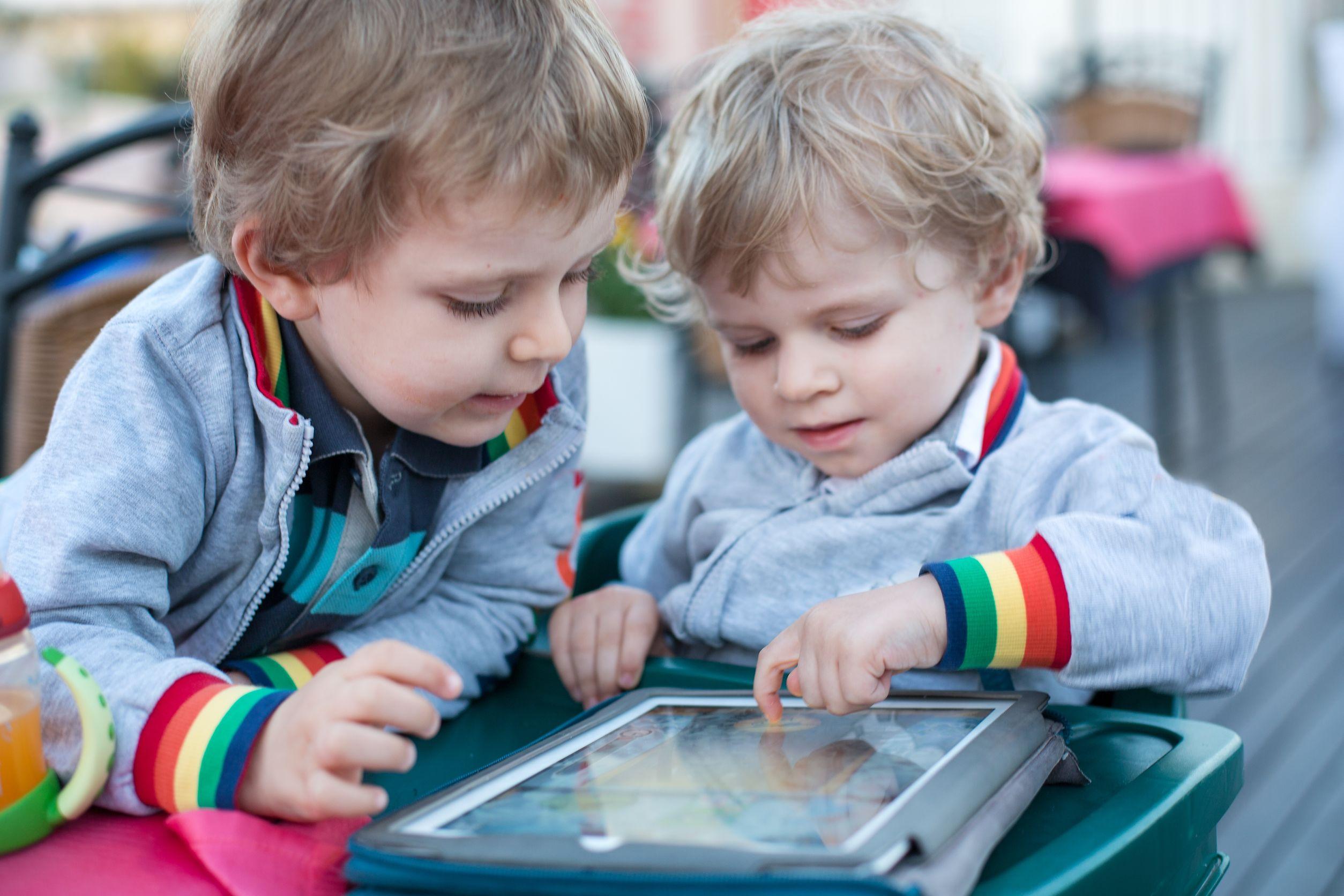 De ce nu trebuie să aibă cei mici acces la ecrane digitale