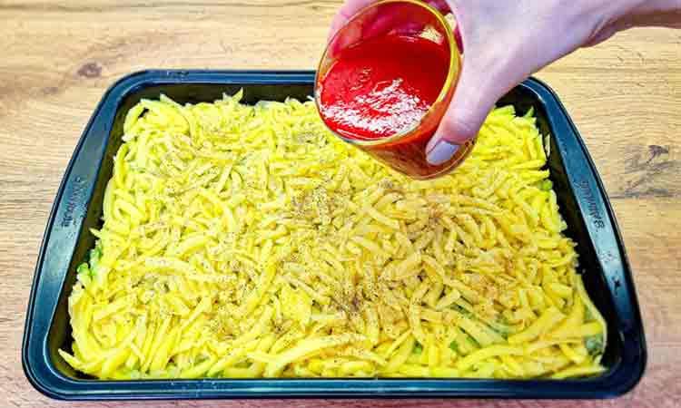 Asezati cartofi rasi intr-o tava, puneti sos de rosii, condimentati si acoperiti cu branza rasa. Asa faceti cea mai buna cina