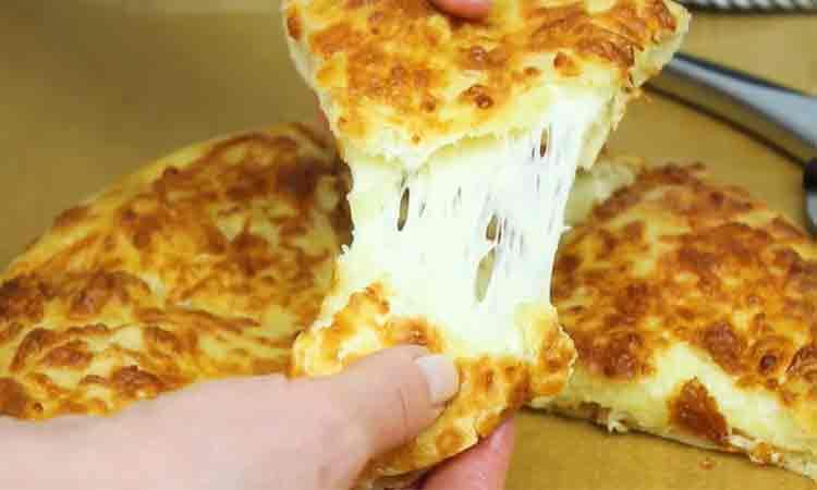 Pizza rapida- Aluat moale, pufos, multa branza topita si un gust delicios